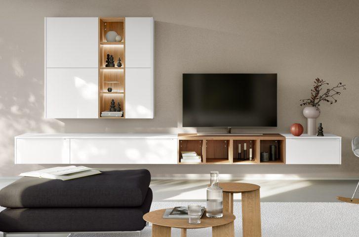 Wohnwand mit tollem Zusammenspiel von Farbe und Holz